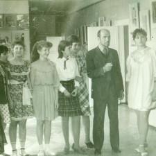 первый директор ДХШ Рагулин В. Ф. с группой учащихся